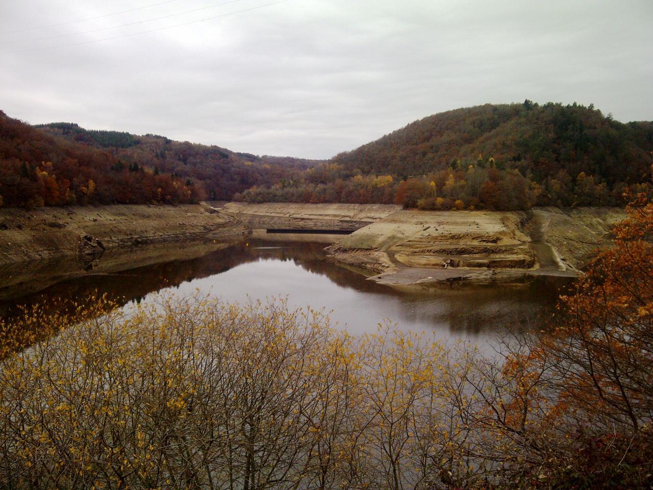 Vu de l'ancien barrage depuis le barrage des Fades